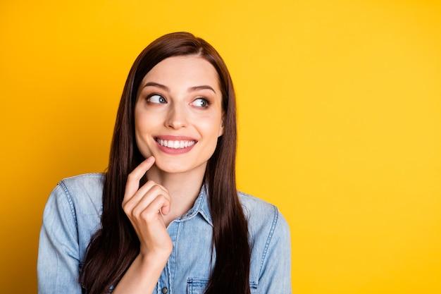 Retrato de uma garota interessada tocando o queixo dedo copyspace pensar pensamentos