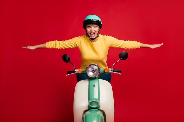 Retrato de uma garota louca maravilhada andando de bicicleta desfrutar de asas de mãos dadas imaginar voar grito