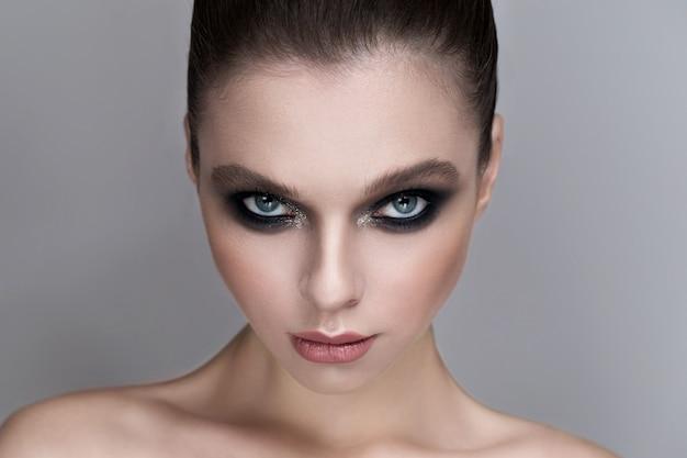 Retrato de uma garota sexy com uma maquiagem linda