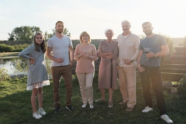 Retrato de uma grande família feliz em uma festa ao ar livre no campo
