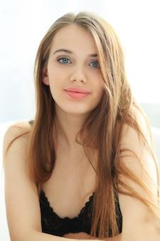 Retrato de uma jovem adorável em roupa interior