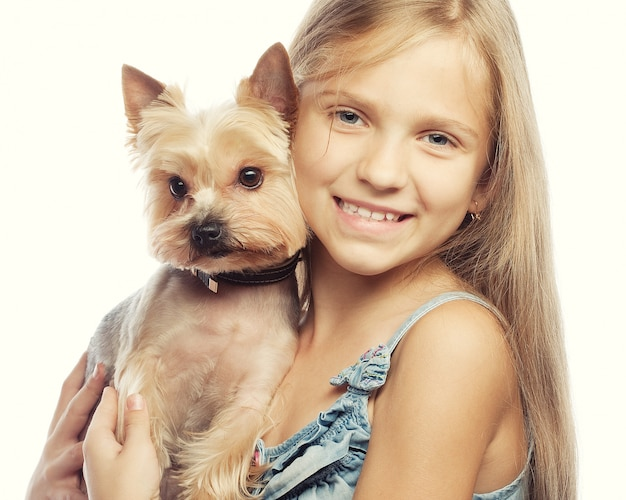 Retrato de uma jovem adorável, sorrindo, segurando um filhote de cachorro bonito
