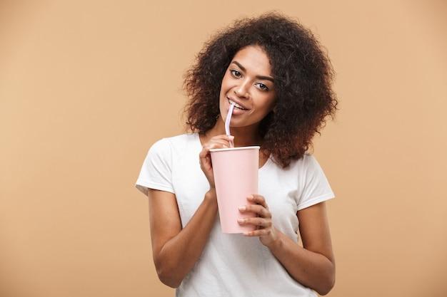 Retrato de uma jovem africana alegre