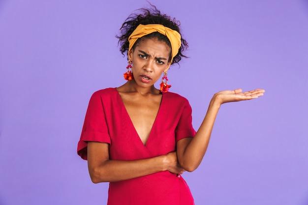 Retrato de uma jovem africana confusa