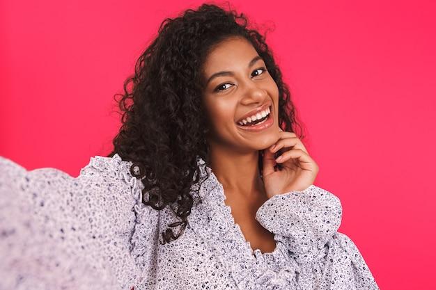 Retrato de uma jovem africana feliz