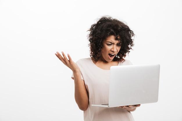 Retrato de uma jovem afro-americana irritada gritando