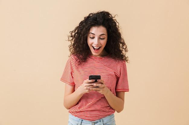 Retrato de uma jovem alegre com cabelos cacheados