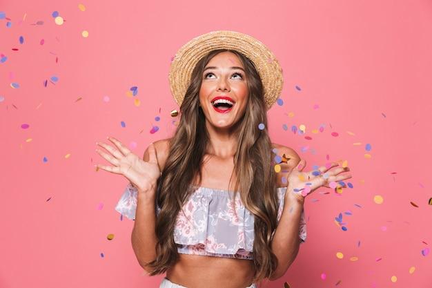 Retrato de uma jovem alegre em roupas de verão