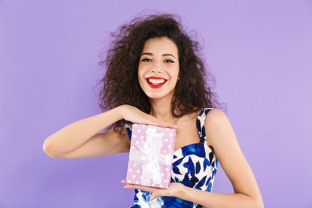 Retrato de uma jovem alegre, segurando a caixa de presente