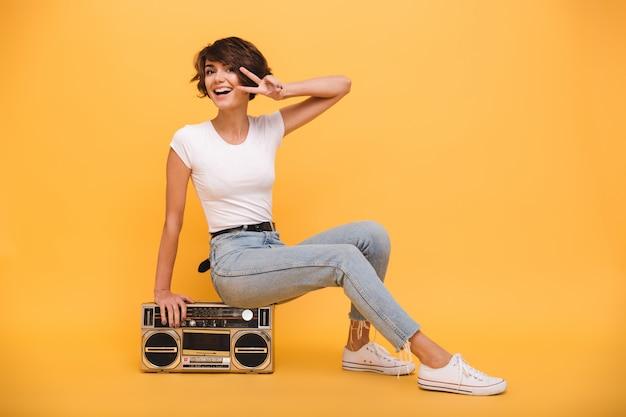 Retrato de uma jovem alegre sentado toca-discos