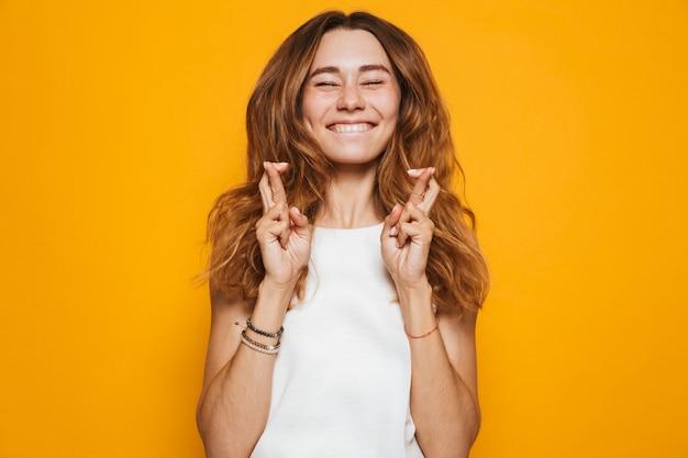 Retrato de uma jovem animada segurando os dedos