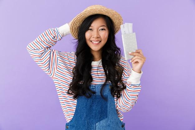 Retrato de uma jovem asiática feliz com chapéu de palha
