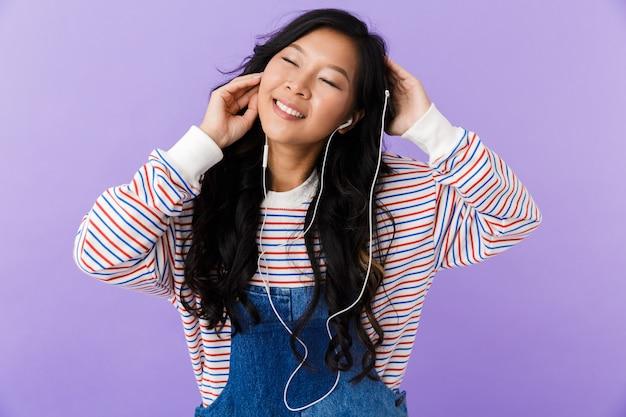 Retrato de uma jovem asiática feliz