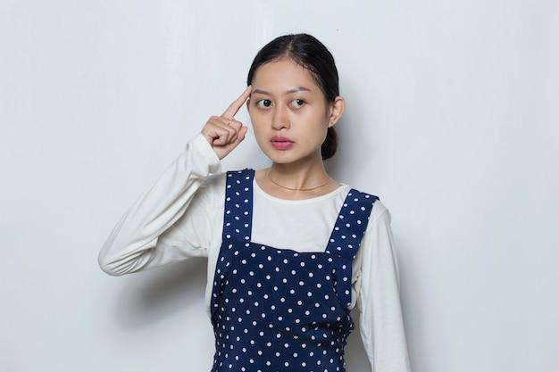 Retrato de uma jovem asiática pensa uma ideia