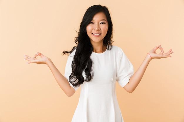 Retrato de uma jovem asiática sorridente