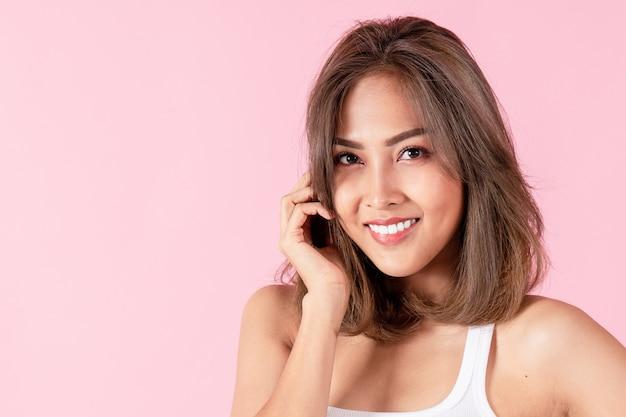 Retrato de uma jovem asiática sorrindo feliz
