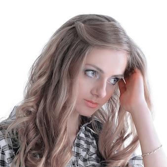 Retrato de uma jovem assistente isolado no branco