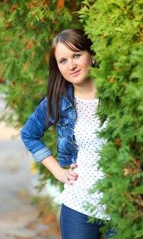 Retrato de uma jovem atraente ao ar livre