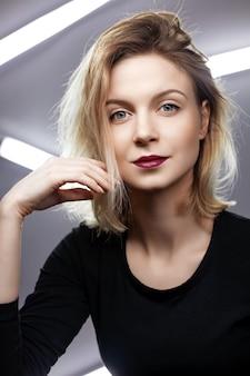 Retrato de uma jovem atraente com cabelos loiros despenteados