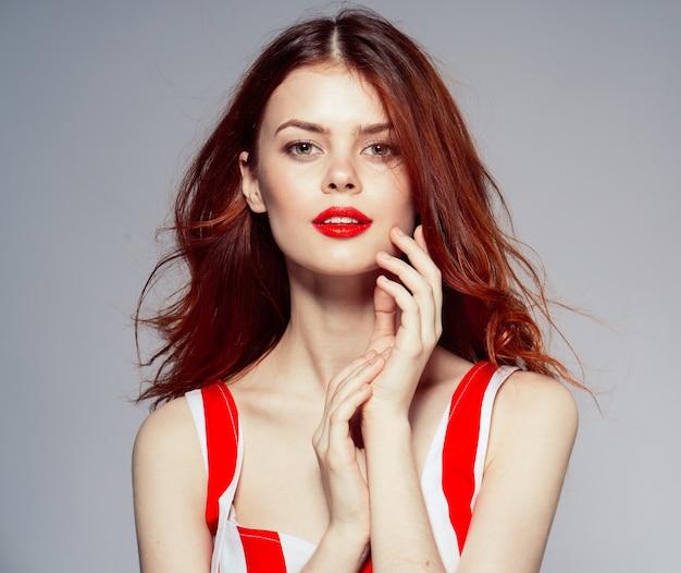 Retrato de uma jovem atraente e bela mulher com lábios vermelhos