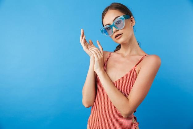 Retrato de uma jovem atraente em traje de banho