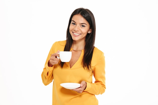 Retrato de uma jovem atraente, segurando a xícara de chá