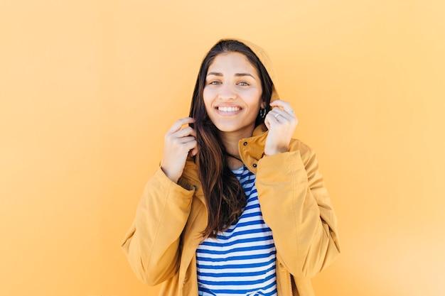 Retrato de uma jovem atraente segurando jaqueta de capuz