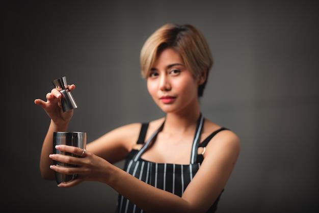 Retrato de uma jovem barista asiática, conceito de trabalhador do café café