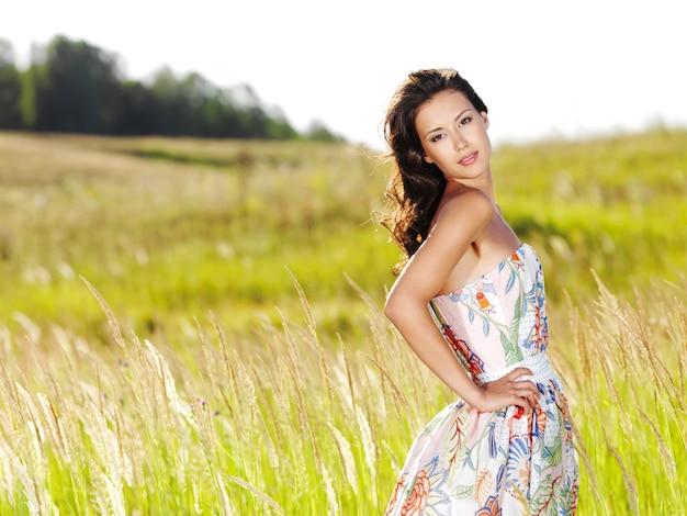 Retrato de uma jovem bela mulher sexy na natureza