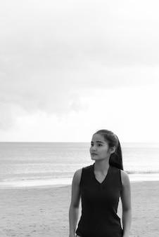 Retrato de uma jovem bela turista asiática curtindo as férias na ilha de koh lanta, na tailândia
