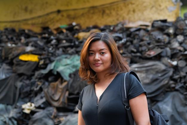 Retrato de uma jovem bela turista asiática em becos sujos de bangkok