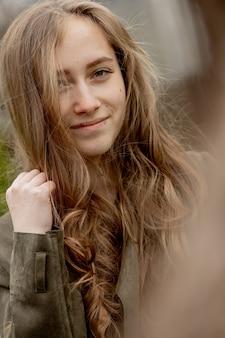 Retrato de uma jovem bonita ao ar livre.
