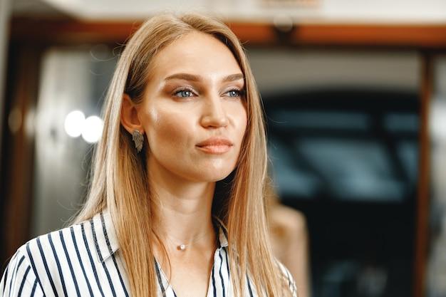 Retrato de uma jovem bonita caucasiana com roupa formal