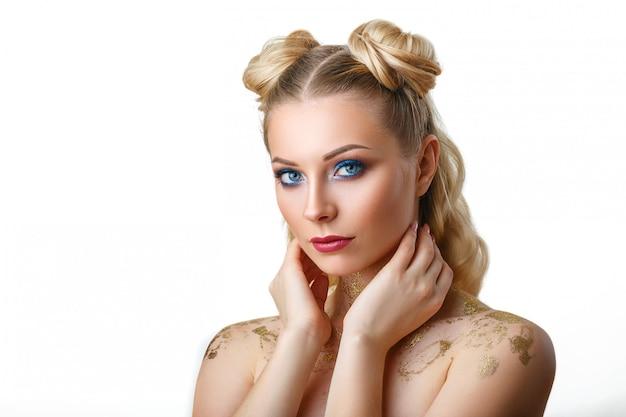 Retrato de uma jovem bonita com beleza de maquiagem profissional e moda, cosmética e spa.