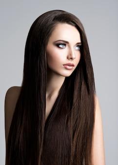 Retrato de uma jovem bonita com cabelo comprido e reto