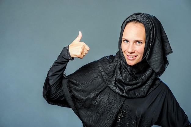 Retrato de uma jovem bonita com roupas do oriente médio