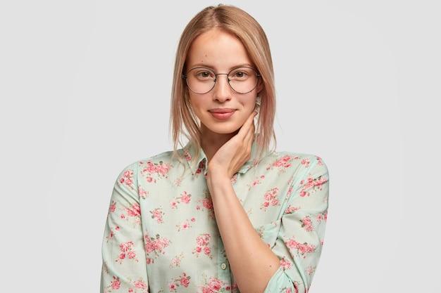 Retrato de uma jovem bonita com uma aparência agradável