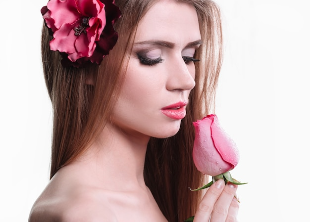 Retrato de uma jovem bonita com uma rosa delicada