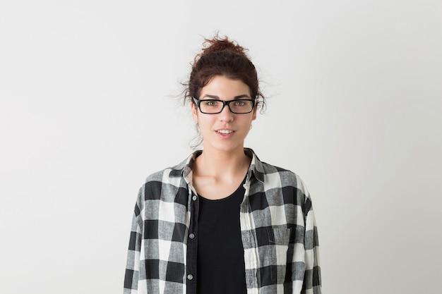 Retrato de uma jovem bonita de óculos, sorrindo, feliz, emoção sincera, expressão do rosto surpreso, natural, positivo, isolado no fundo branco, camisa quadriculada, estilo hippie, estudante