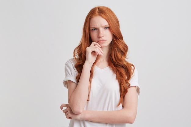 Retrato de uma jovem bonita e alegre com cabelo ruivo comprido e ondulado