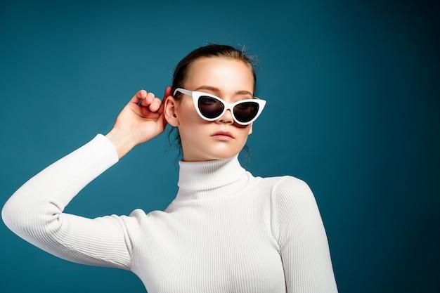 Retrato de uma jovem bonita em óculos de sol