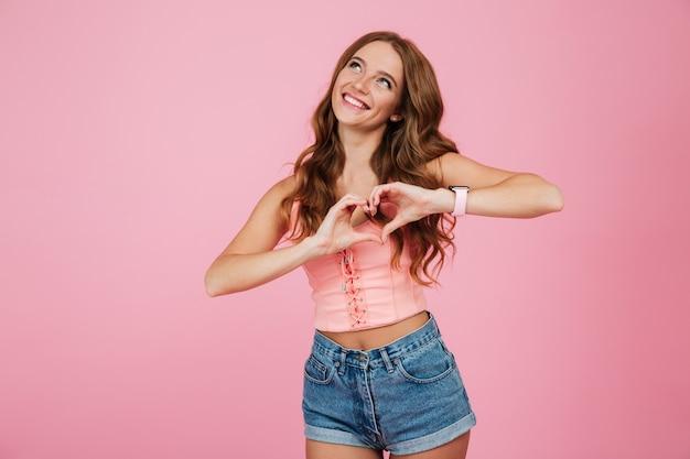 Retrato de uma jovem bonita em roupas de verão