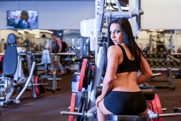Retrato de uma jovem bonita malhando na academia