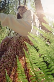 Retrato de uma jovem bonita na floresta.