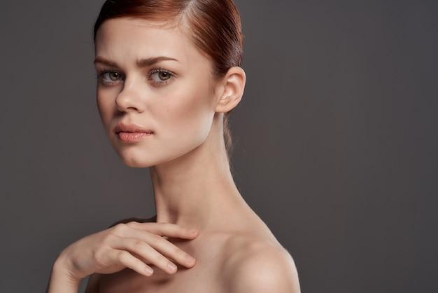 Retrato de uma jovem bonita, pele limpa, anúncio de joias, brincos, anéis, correntes, maquete
