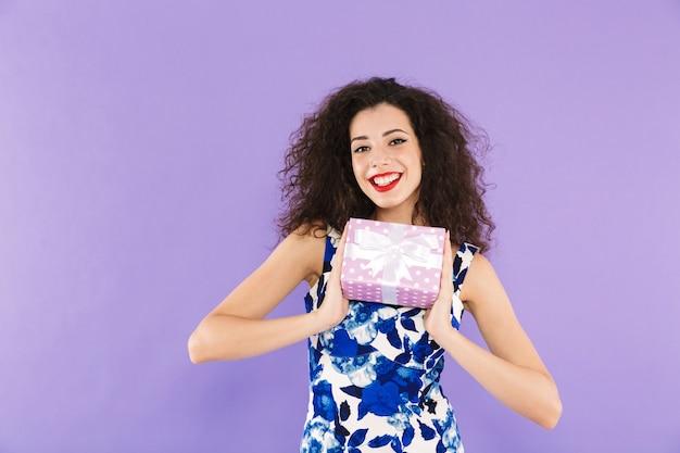 Retrato de uma jovem bonita, segurando a caixa de presente