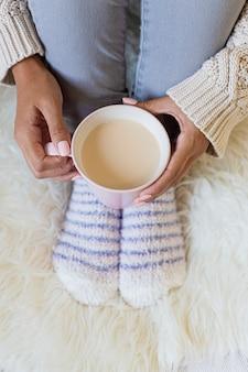 Retrato de uma jovem bonita, segurando uma xícara de café quente