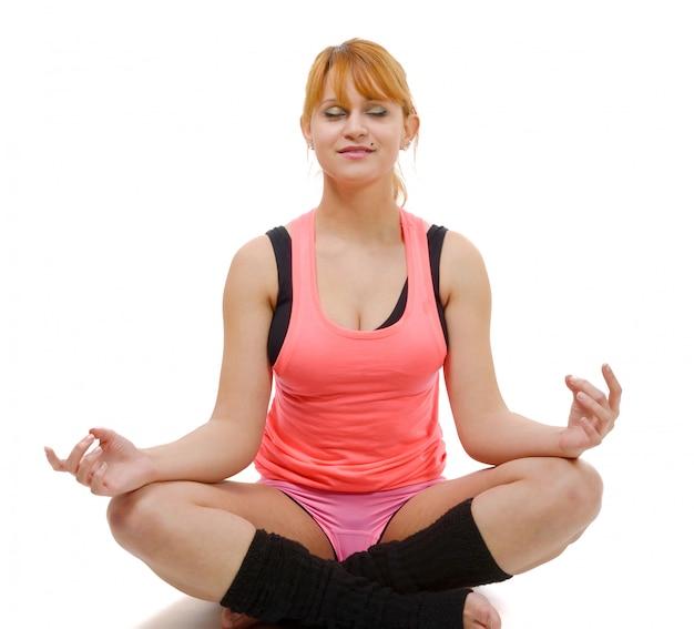 Retrato de uma jovem bonita, sentado no yoga