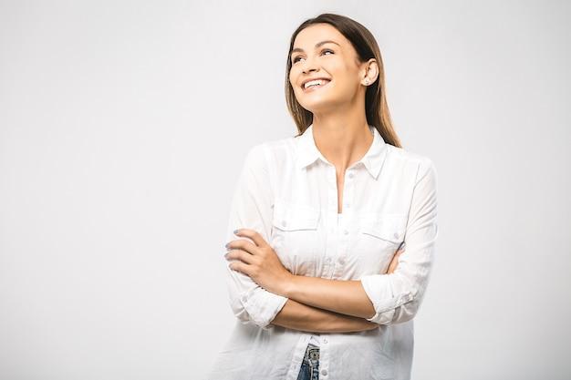 Retrato de uma jovem bonita sorridente feliz