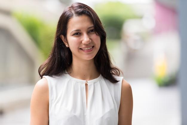 Retrato de uma jovem bonita sorrindo ao ar livre
